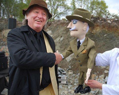 """Møtte Hamsun: Den amerikanske mesterarkitekten Steven Holl fikk et overraskende møte med en svært så munter """"Knut Hamsun"""" under grunnsteinsnedleggelsen for Hamsunsenteret i 2008."""