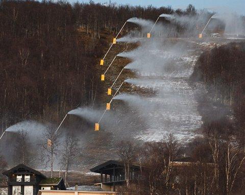 I helga ble snøkanonene i Hemavan slått på. Men det vil gå over en måned før skiheisene åpner. Foto: Pontus Lindh