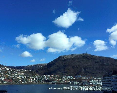 Bergen kler sol og blå himmel.