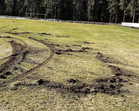 SER IKKE BRA UT: Hjulene på kjøretøyet som har herjet på Moløkka stadion i Bingen har laget dype spor i det vårgrønne gresset.
