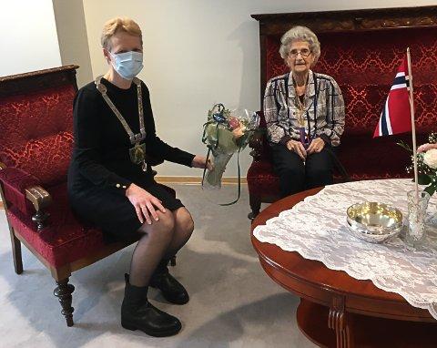 100 ÅR:  Elisabeth Vesterdal fikk ordfører Sunni Grøndahl Aamodt på besøk da hun rundt 100 år søndag 3. januar.