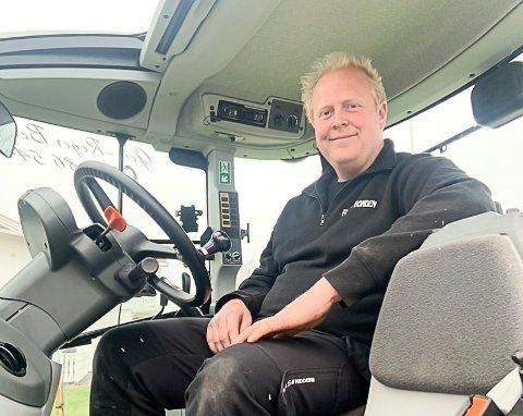 DELTIDSBONDE: Geir-Roger Bergan kombinerer jobb på Sigdal Maskinforretning med å drive gården og brøyte snø i byen.