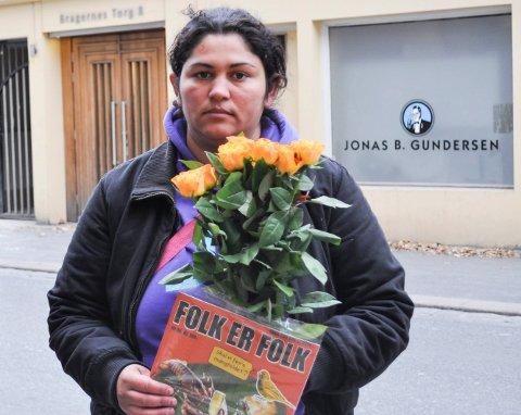 DELTE UT ROSER:  Loredana Ghinea (24) som har tigget i Drammen i flere år, delte ut roser: – Tiggerne ønsker å vise sin takknemlighet til Drammens befolkning og takke for deres generøsitet, sier Bjønnulv Evenrud fra Folk er Folk.
