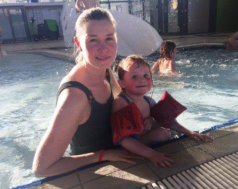 Hanne Mortensen og datteren Rigmor(3) kan endelig dra på Drammensbadet i helgene igjen.