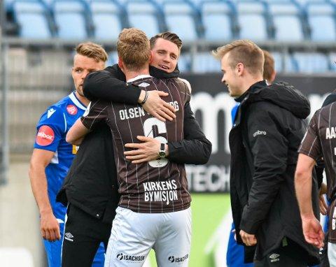 Christian Gauseth var raskt ute på banen og kaste seg om halsen på blant annet Joackim Olsen Solberg da dommeren blåste av kampen, og Mjøndalen hadde slått Sandefjord 3-0 i serieåpningen på bortebane.