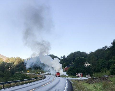 UKLAR ÅRSAK: Kvifor bilen tok til å brenne, er så langt ikkje klarlagt, skriv Firda.