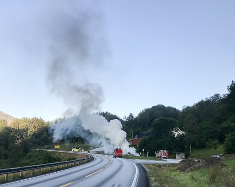 Brann i bil ved Grov.