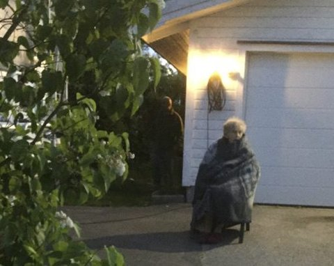 Syk: Kvinnen på 91 år har den siste tiden kjørt mye ambulanse. Hun hadde problemer med å spise og klarte ikke stå på bena. Her venter hun på ambulansen som skal hente henne hjemme.  Foto: privat