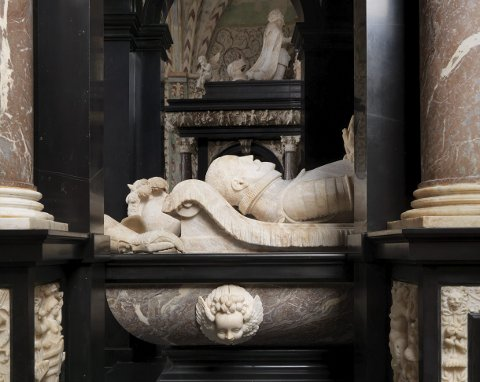 Staselig hvile: Kong Frederik IIs grav er plassert i gulvet under denne staselige sarkofagen i Roskildes domkirke.