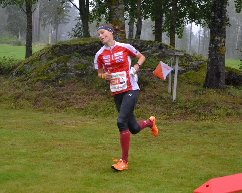 Simona Aebersold er i 2021 verdens nest beste O-løper. Lørdag løper hun Blodslitet i Fredrikstadmarka. Her under VM-stafetten i Østfold 2019.