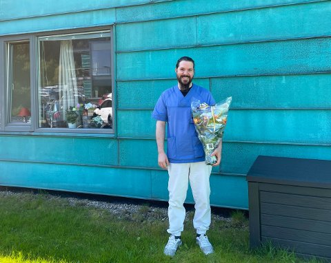 LETTET: Det var en stor lettelse for Kevin Blockx (35) å bestå fagprøven, etter ett og et halvt år med hard og målrettet jobbing. Her står han foran Furumoen sykehjem, hvor han har fått fast jobb.