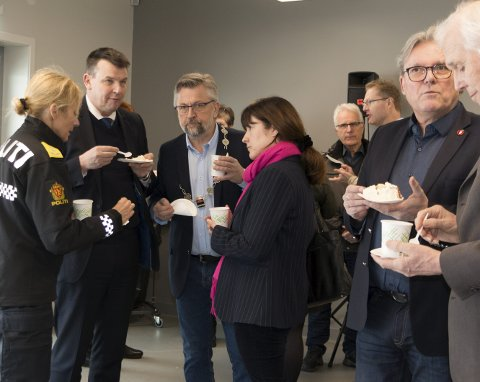 HYGGELIG PRAT: Justisminister Tor Mikkel Wara (Frp) i hyggelig samtale med rektor ved Politihøgskolen, Nina Skarpenes, med lokalpolitikerne Sjur Strand (Ap), Eli Wathne (H), Johan Aas (Frp) og Thor Ringsbu (KrF) ved siden av. Ringsbu har fått æren for den eksakte plasseringen av skytebanen litt nord for hovedanlegget. ALLE FOTO: PER HÅKON PETTERSEN