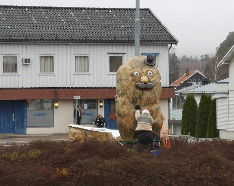 ENGASJERER: Potetmannen er tilbake i rundkjøringa på Skarnes.