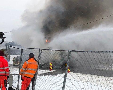 RØYK: Her står røyken opp av lastebilen. FOTO: NINA SKYRUD