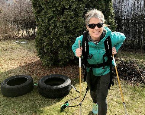 HAR STARTET TBARMARKSTRENINGEN: Evelyn Stensaker Har kjøpt seg trekksele og kommer gjennom våren og sommeren til å blir sett slepende på to bildekk. En viktig forberedelse til å gå på ski over Grønland med pulk.