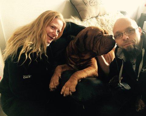 Hunden Papi sammen med matmor Carina Helen Dyve og matfar Lars Pedersen hjemme i Røykenvik.
