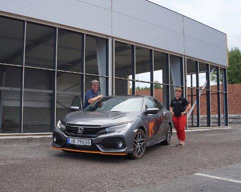 BYGG REISER SEG: Frode og Elisabeth Hanserud hos Harestua Auto gleder seg til å ta det nye bygget i bruk i høst.