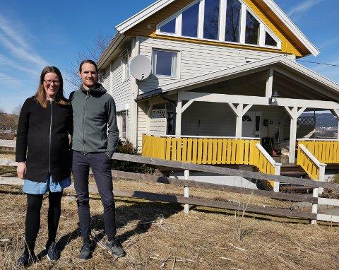 ÖPPNA LANDSKAP: Loftet til Mirjam og Anders ble et helt annet med denne vindusløsningen. På sikt skal resten av huset bli gult også.