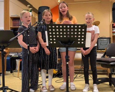 """Maren Forthun-Botnen, Sanna Ekkje Juvet, Fride Hildegard S. Medhus og Thea Nybø synger """"Eg heiter Anne Knutsdotter"""""""
