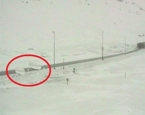 SPERRET VEIEN: Ved 08.30-tiden tirsdag 1. mai hadde to store snø- og isblokker rast ut og sperret E 134 like øst for Haukelitunnelen.