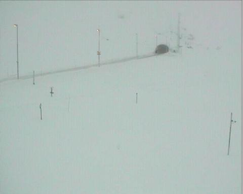 KAN BLI STENGT: Forholdene vist på webcamera for E134 Haukeli retning vest. Like etter klokken 12 fredag.