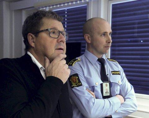 BER OM TIPS: Torstein Pettersen i Kirkenes-politiet og TV 2s ekspert Asbjørn Hansen (tidligere Kripos). Foto: TV 2