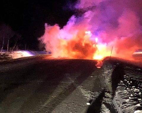 BIL I BRANN: En bil står i brann på E6 like før Sirma i Tana kommune.