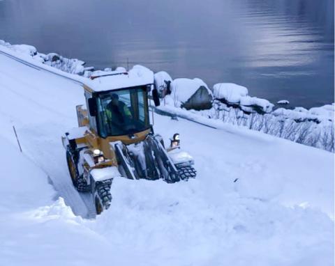 SNØSKRED: Det gikk et snøskred over fylkesvei 8830 i Skillefjord på fredag. Veien der er nå ryddet.