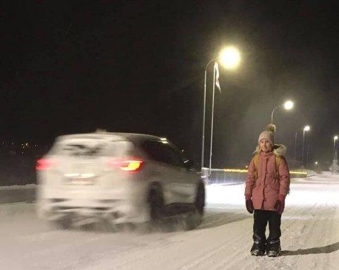 SKUMMELT: Når Sofie Lauridsen (11) skal på skolen, må hun gå langs en smal bro som er sterkt trafikkert, både av vanlige personbiler og tungtrafikk. Mor Kathrine Green Bangsund har i flere år kjempet for en bedre skolevei for barna i Vestre Jakobselv, men ingenting har så langt skjedd.