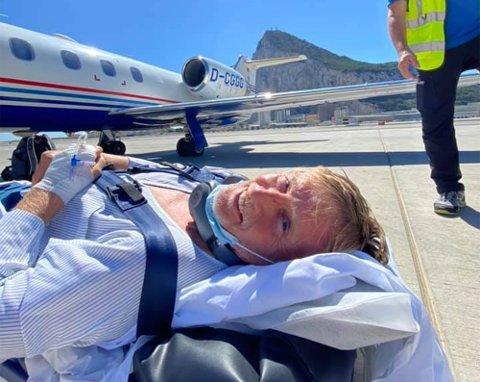 BRAKK BENET: Jørn Losvar (54) fra Alta brakk begge leggbeina i venstre fot under kiting i Sør-Spania søndag 12. september. Torsdag ble han fløyet hjem til Norge i privatfly.  I bakgrunnen ser man den lett gjenkjennelige Gibraltarklippen