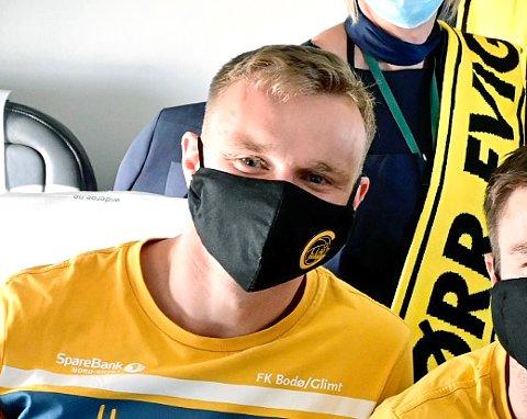 MØTER MILAN: Marius Lode med maske på flyet til Milano tirsdag kveld. Da gledet han seg til å spille mot Zlatan, men slik ble det ikke. Den svenske superstjernen er koronasmittet, og kan selvsagt ikke spille mot Bodø/Glimt.