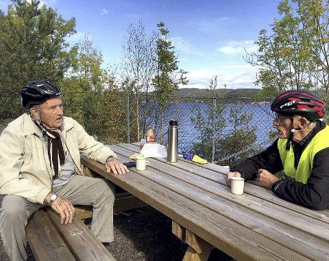 RAST: En pause på den nye rasteplassen ble det også tid til for Olaf Sando (til v.) og Svein Hvidsten. FOTO: TOVE MILLER SANDO.