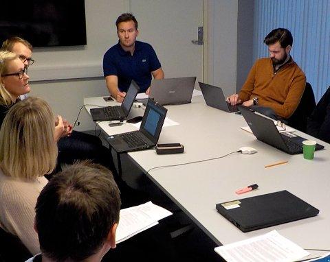 SVARER: Kontrollutvalgsleder Jon Tunheim svarer på kritikken fra Karl Einar Haslestad. Her under  kontrollutvalgets møte i september i fjor.