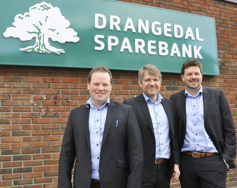 Sterk og god vekst: Godt år for Drangedal Sparebanks (fra venstre) Kjetil Sjetne, banksjef Kjell Nærum og Bjørn Kolloen foran bankens nye logo. Foto: Per Eckholdt