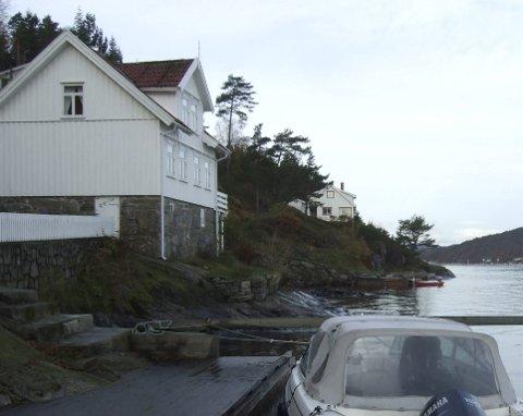 NÅDDE IKKE FRAM: Ekteparet som i 2014 inngikk avtale om kjøp av denne eiendommen i sjøkanten på Stabbestad, nådde ikke fram med sine klager i bopliktsaken. FOTO: JON FIVELSTAD