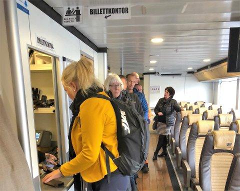 KØ: Kari Bruntveit (nærmast) og dei andre passasjerane var kjappe med å stilla seg i billettkø på hurtigbåten etter alle oppslaga om at folk blir bøtelagde for manglande billett.