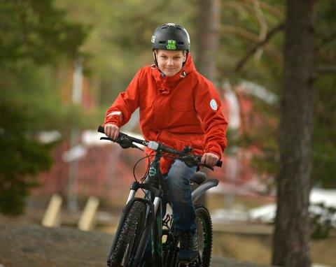 SER BARE FREMOVER: Tobias Jacobsen Weirud kaller seg i dag «Kreftoverlever». Med den nye terrengsykkelen er det full fart.  FOTO: JAN STORFOSSEN