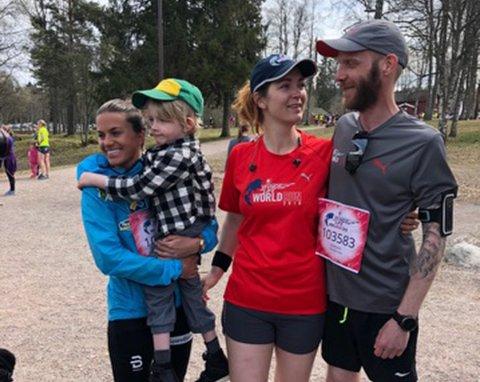 NÆRT BÅND: Heidi Weng (t.v.) har deltatt i Wings for Life flere ganger og blitt kjent med Isak (4). Hun løp rundt Sognsvann med Isak, Mari Fosso Gravningsbråten og Joachim Kotte Norvik.