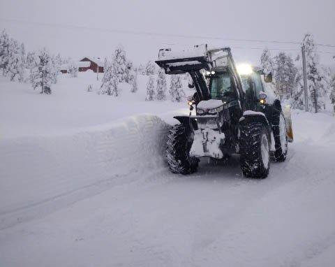 JOBBER PÅ SPRENG: Brøytemannskaper på Blefjell har det travelt. Det snør kraftig torsdag og snøværet fortsetter også fredag.