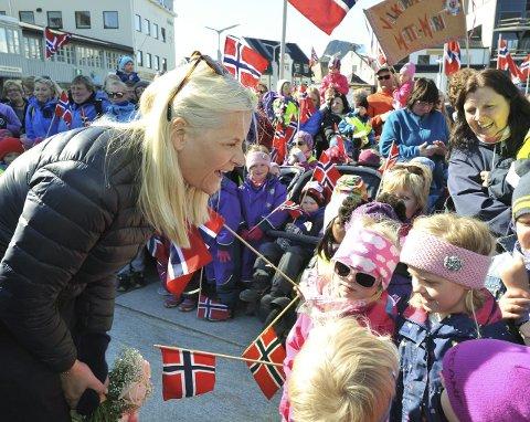 Barnetekke: Kronprinsessse Mette Marit tok seg tid til en fantastisk flott dialog med ungene i Svolvær.
