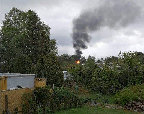 FULL FYR: Det var full fyr i hytta/annekset som brant lørdag morgen. Politiet melder at de lar hytta brenne ned.