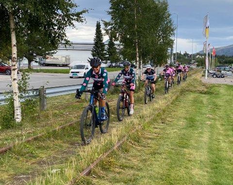 SYKKELMORO: Gunn RIta Dahle Flesja var trekkplaster, og syklet sammen med en gruppe med kvinner under sykkelrittet i Namsos i sommer. Trond Gunnar Skillingstad håper flere mosjonister tar utfordringa i rittet som i 2021 blir arrangert 4. september.