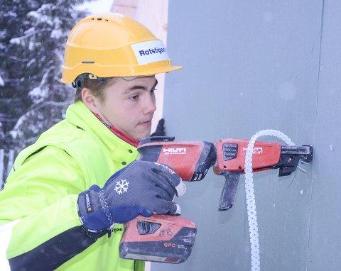 Sigurd Glemmestad i arbeid som tømrerlærling på byggefeltet Røstøen nord på Reinsvoll.
