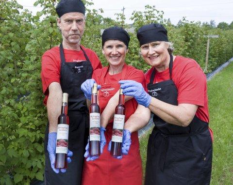 Salgsklar: Her er den, bringebærvinen, som er høstet og produsert på Østre Torp i Ås. Dag Ragnar Fossum af Darre, Åse-Marit Thorbjørnsrud og Ingjerd Hanevold er stolte produsenter. Vinen er i salg fra gården i morgen.