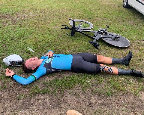 Utmattet: Anton Syensby (20) var helt utslitt etter å ha kjempet seg til en knallsterk 9. plass under temporittet i NM i Evje torsdag.