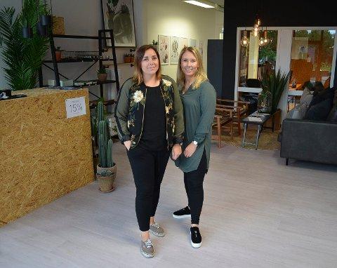 BONUS FOR ELVERUM: Linn Wold (t.v.) og Hanna Helseth sier det blir en bonus for kundene i Elverum at de kan komme til utstillingslokalet og se bildene og interiørartiklene. (Foto: Bjørn-Frode Løvlund)