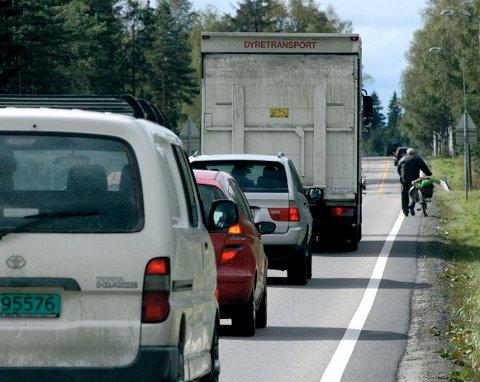 TRANGT OM PLASSEN: Det blir trangt om plassen på vegene når både biler og syklister skal ha plass. (Illustrasjonsfoto: Knut Fjeld)