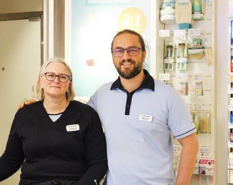 Autorisert helsepersonell: Catharina Lassegård Christoffersen og Andreas Hvammen er fornøyde med å kunne tilby influensavaksinasjon på apoteket på Teie torv. Foto: Eline Lauritzen