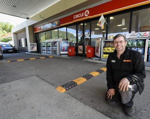 Fartsdump: Daglig leder Tom Tuven er godt fornøyd med effekten de to fartsdumpene har hatt. Foto: Øyvind Bratt