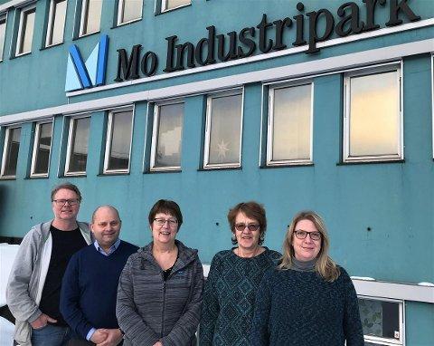Ketil Jensen (leder i AiN) og Arve Ulriksen (direktør ved Mo Industripark). Solfrid Vatshaug og Aud Eliassen er tidligere ansatte ved Jernverket, og har pakket og levert arkivet. Solveig L. Jensen (prosjektleder)